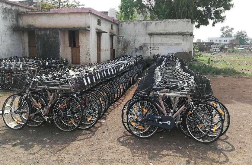 लापरवाही की हद, 1744 साइकिलें आईं, नहीं मिली एक भी छात्रों को