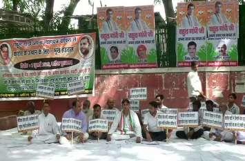 VIDEO: राहुल गांधी को भूख हड़ताल से मनाने की कोशिश में कांग्रेस कार्यकर्ता
