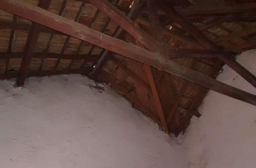 छतों से टपकता है पानी, हो गई जर्जर