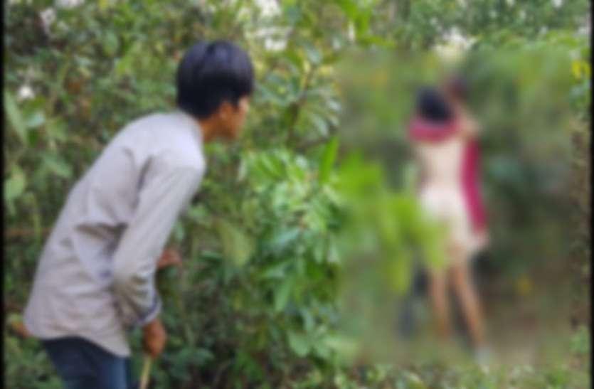 Video हुआ वायरल: घने जंगल में ग्रामीणों ने पकड़ा प्रेमी जोड़ो को और धमका कर करने लगे...