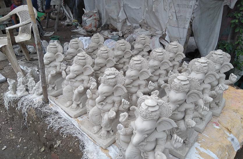 भोपाल में तैयार होने लगी पीओपी की प्रतिमाएं, नहीं जागा प्रशासन