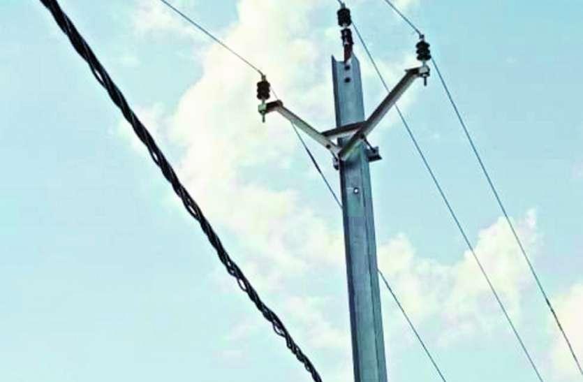 बिजली के खंभों की नहीं हुई शिफ्टिंग , हो सकता है हादसा