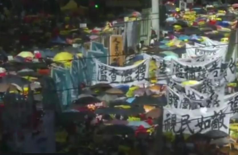 हांगकांग में प्रदर्शनकारियों का हिंसक प्रदर्शन, विधान परिषद में घुसकर की तोड़-फोड़