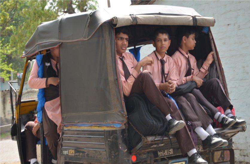 खतरों के बीच स्कूल पहुंच रहे नौनीहाल, जिम्मेदारी देखकर भी नहीं दे रहे ध्यान