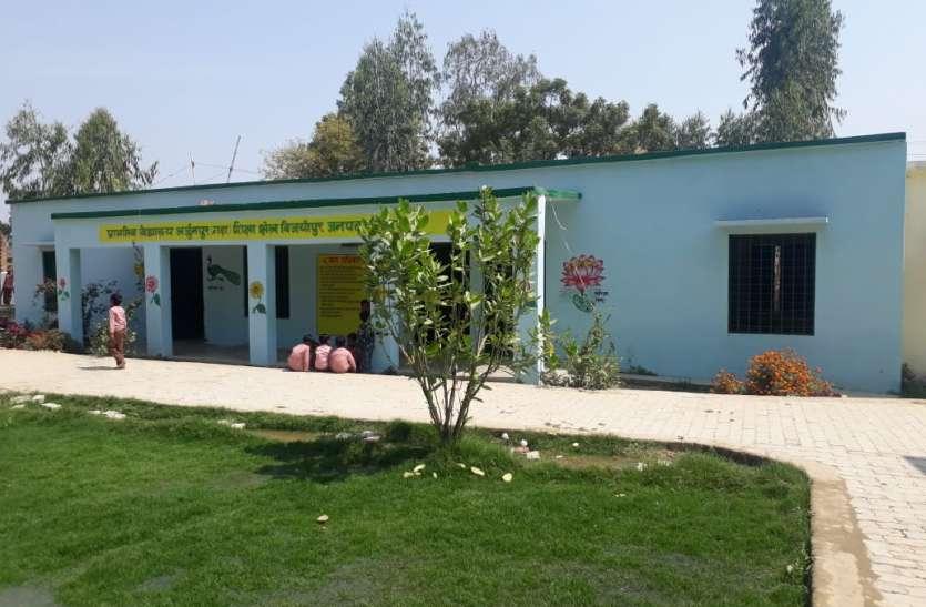 यूपी का अनोखा सरकारी स्कूल, डाइनिंग टेबल पर लंच करते हैं बच्चे, स्वच्छता अभियान में भी है आदर्श