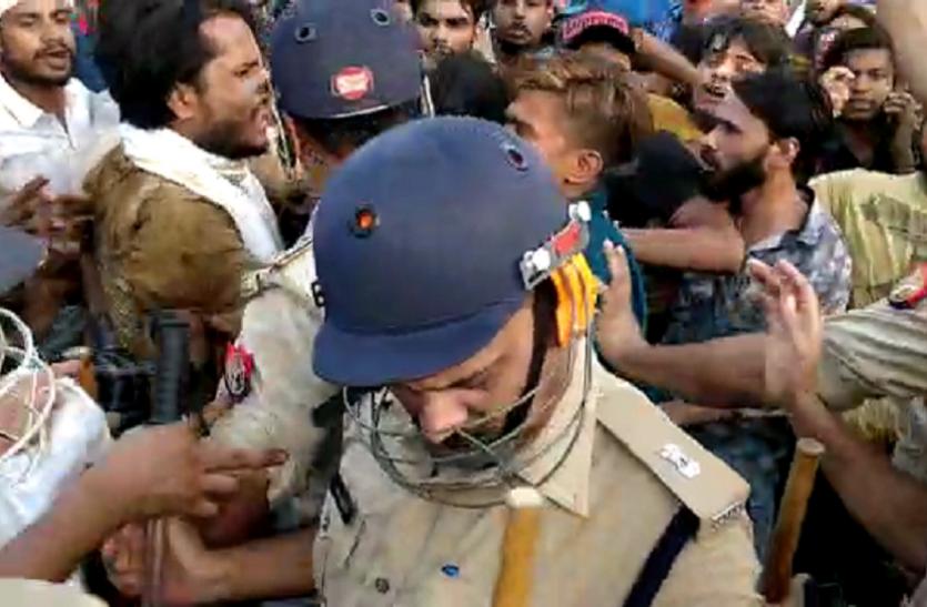 मेरठ: मॉब लिंचिंग के खिलाफ प्रदर्शन कर रहे लोगों पर लाठीचार्ज, इंटरनेट पर लगाया बैन- देखें वीडियो
