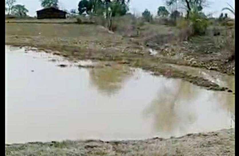 किसानों पर फिर आफत, खेतों में भरा नहर का पानी