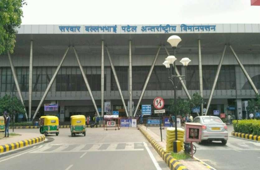 Flight diverted in Ahmedabad कोरियन एयरलाइंस की फ्लाइट मुंबई से अहमदाबाद डाइवर्ट, 10 घंटे बाद यात्रियों को मिला भोजन
