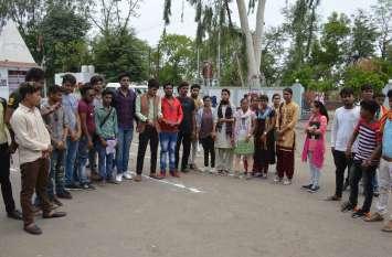 Video:ABVP ने दिया ज्ञापन, कोतवाल से कहा ये कंपनी छात्रों से कर रही अवैध वसूली...