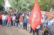 रेलवे का निजीकरण: काली पट्टी बांधकर जताया विरोध