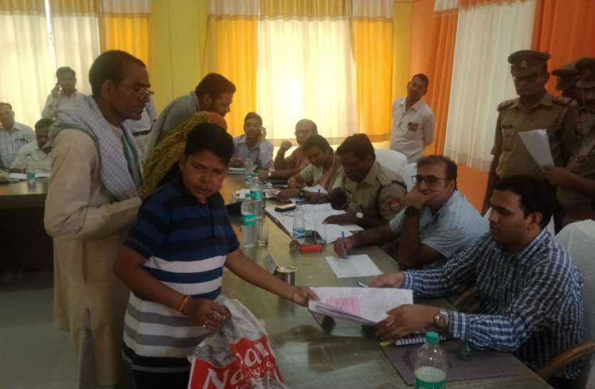 मंडलायुक्त ने मांगा रजिस्टर तो बगलें झांकने लगे अधिकारी, संपूर्ण समाधान दिवस में पहुंचे थे मंडलायुक्त अनिल कुमार, देखें वीडियो
