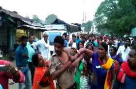 यूपी में भीड़ का शिकार हुई पुलिस, सोनभद्र में महिलाओं ने पुलिस टीम पर किया हमला, कपड़े फाड़े, बेबस बनी रही पुलिस