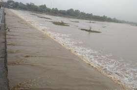 दो दिनों की रिमझिम बारिश के बाद अरपा में आया पानी, नदी किनारे देखने लगी लोगों की भीड़