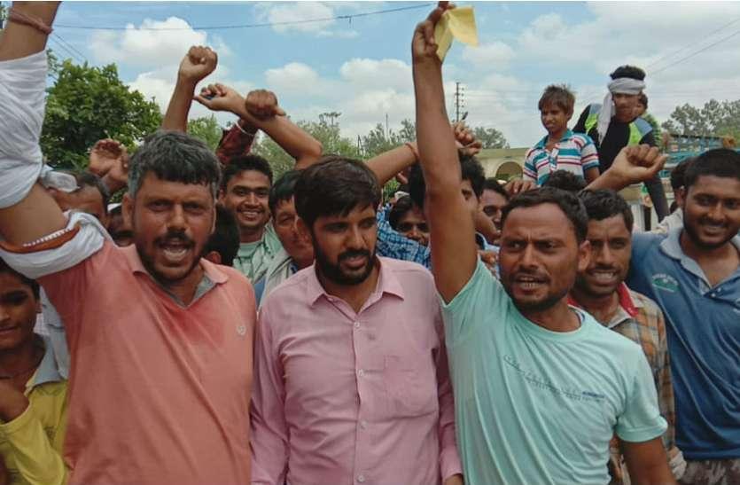 मंडी में बाजरा बेचने आए थे किसान, हुआ कुछ ऐसा जमकर चले लात—घूंसे, देखें वीडियो