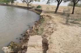 तालाब के घाट हो गए क्षतिग्रस्त