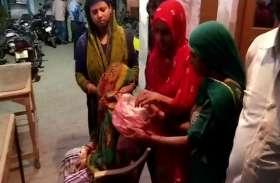 लड़कियां छेड़ने से रोका तो दबंगों ने गर्भवती महिला को इतना पीटा कि गर्भपात हो गया, भ्रूण के साथ कोतवाली में हंगामा