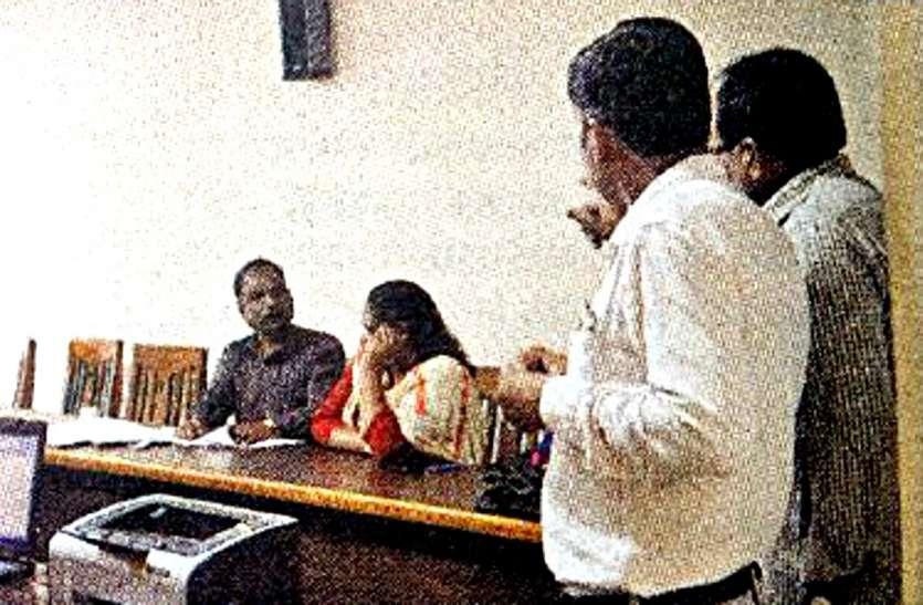 महिला अधिकारी रिश्वत लेते रंगें हाथों गिरफ्तार, इधरपटवारी भी धराया