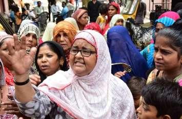 RAPE पीड़ित बच्चियों के परिजन बोले, '5 लाख रुपए नहीं, हमें बलात्कार करने वाले दरिंदे की गिरफ्तारी चाहिए'