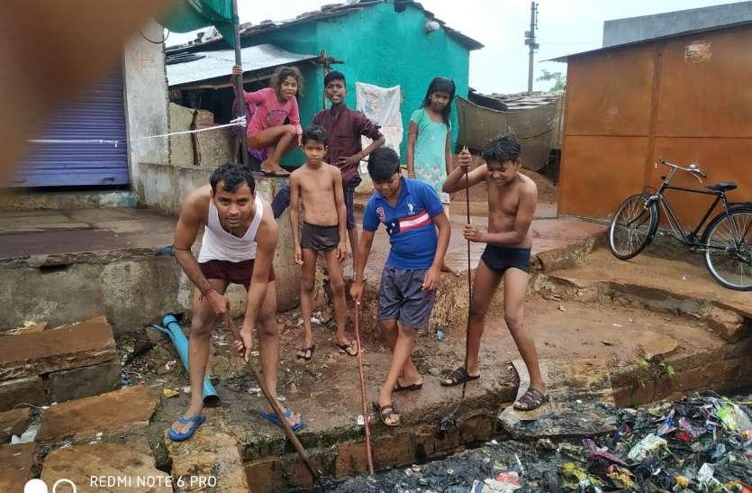 स्वच्छता दूत बनकर नालियां साफ करने जुटे युवा