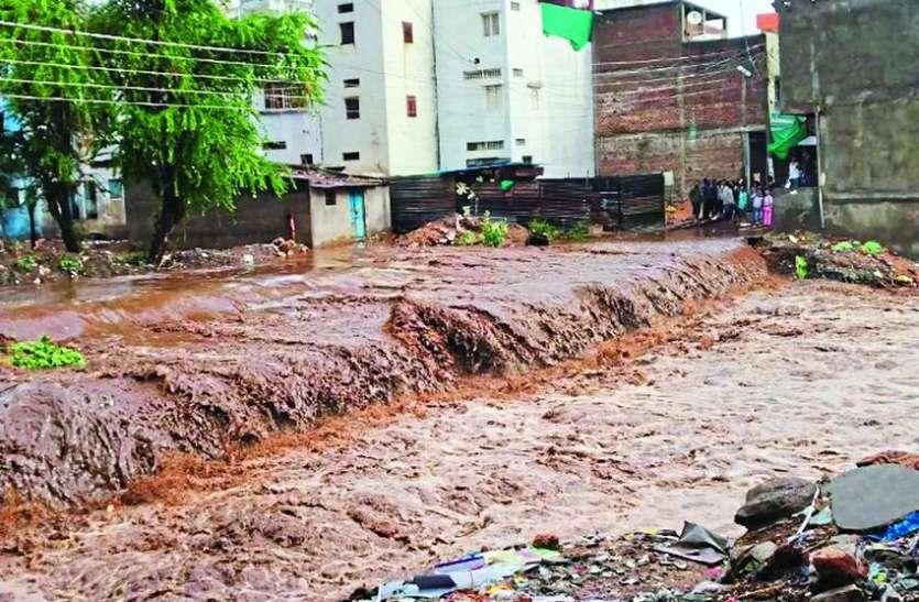बारिश से सडक़ें सराबोर, कॉलोनियों में भरा पानी