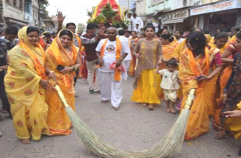 रथ यात्रा निकाली, उमड़ा श्रद्धा का सैलाब/नगर भ्रमण कर बांके बिहारी मन्दिर स्थित ननिहाल पहुंचे भगवान जगन्नाथ