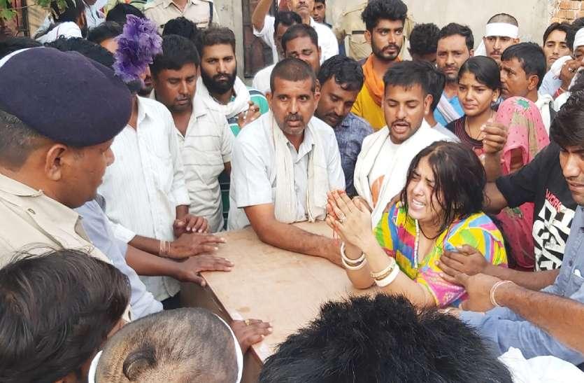 CRPF Jawan Funeral : सीआरपीएफ के जवान सिकंदर सिंह का बुधवार को उसके गांव में राजकीय सम्मान के साथ अंतिम संस्कार किया गया।