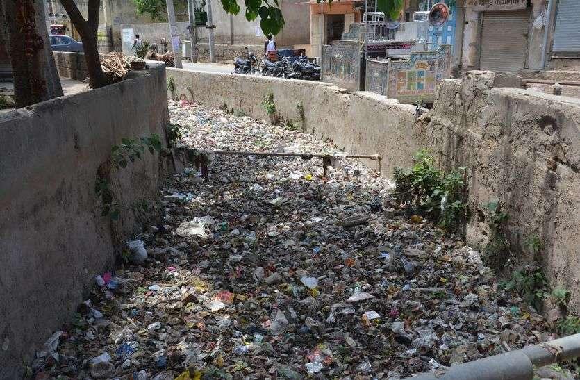 अलवर : इस मानसून सडक़ों पर फिर से भरेगा नालों का गंदा पानी क्योंकि नालों मे भरा हुआ है कचरा