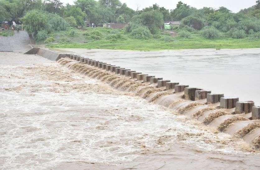 MP: प्रदेश के इस जिले में उफनी नदियां, कई रास्ते पड़े है बंद
