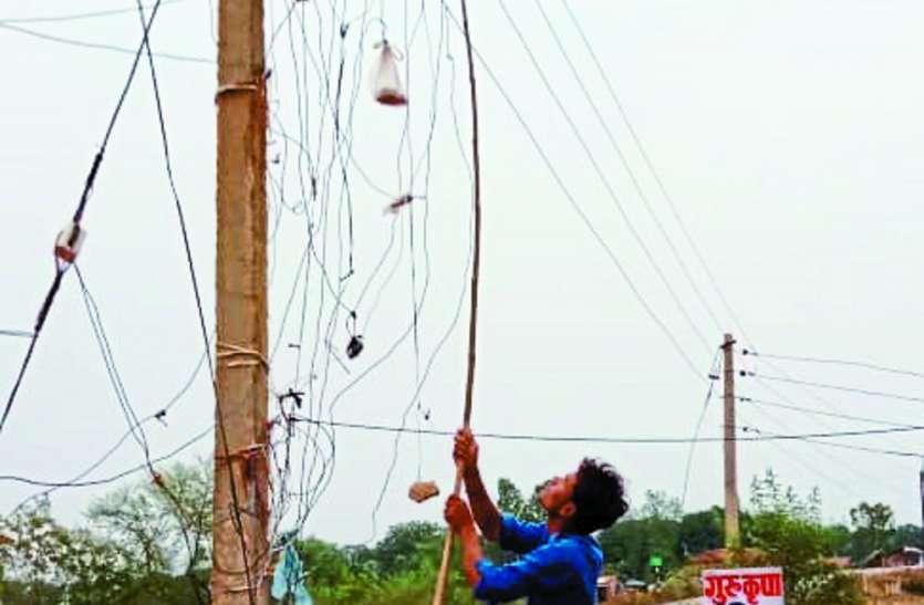 बांस-बल्लियों के सहारे लटक रहे विद्युत तार, भय के साये में ग्रामीण