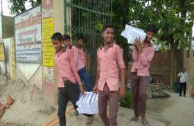 प्रधानमंत्री के क्षेत्र में सरकारी स्कूल के बच्चों से झाड़ू-पोछा लगवाने के बाद अब कराई जा रही मजदूरी