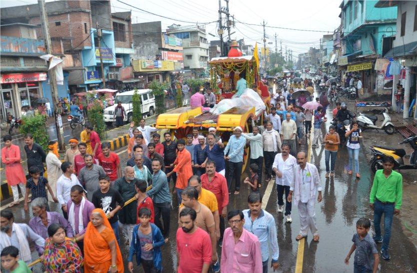 video: बारिश के बीच रथ पर सवार होकर निकले भगवान जगन्नाथ स्वामी, जगह-जगह हुई आरती