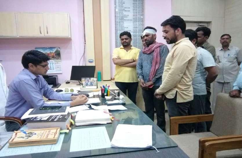 video: अपात्रों को लाभ न दिलाने पर रोजगार सहायक से कर दी मारपीट, पढ़ें खबर