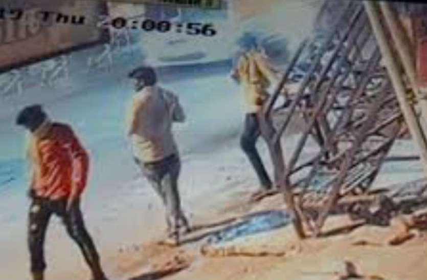 आगरा के खंदौली थाने में ड्यूटी कर रहा था हेड कांस्टेबल, यहां चोरों ने घर कर दिया साफ, देखें वीडियो