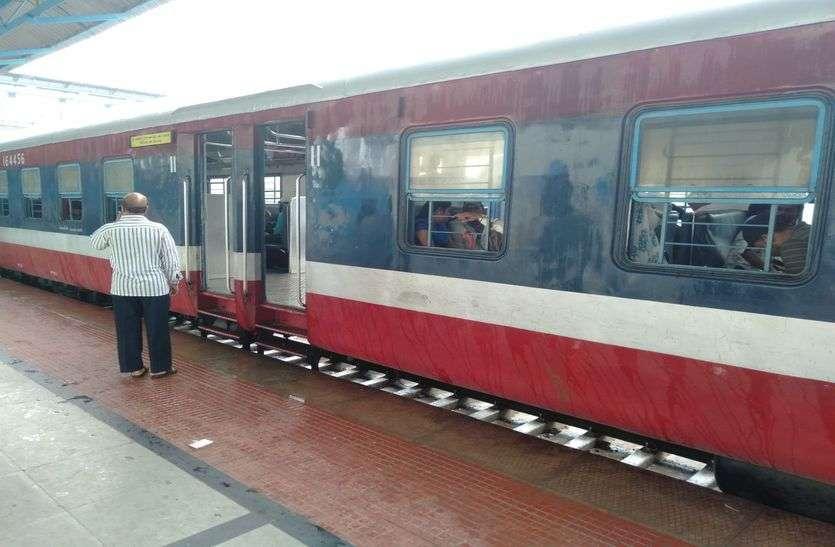 रेलवे ने तीन योजनाओं में दिए सौ करोड़