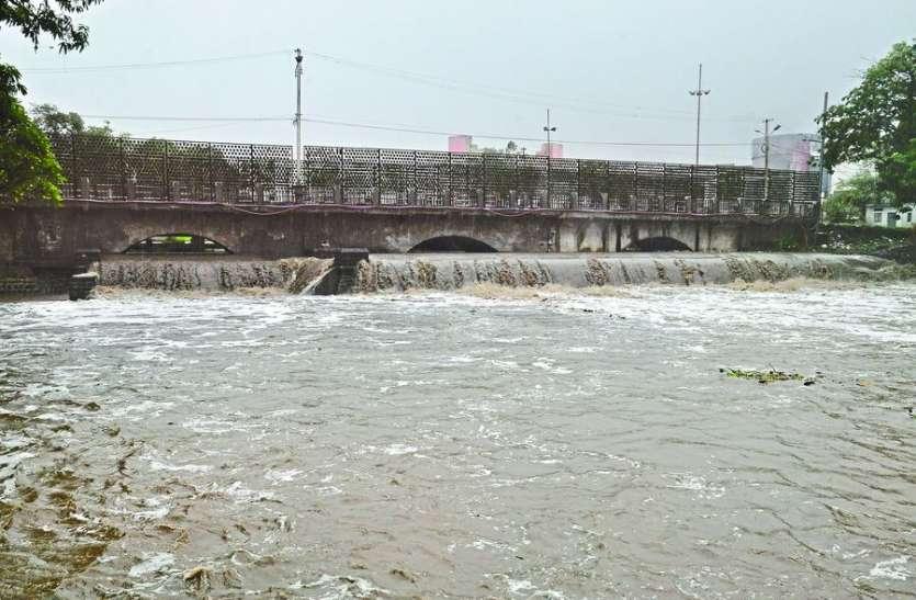 VIDEO : चारों तरफ पानी-पानी...बस्तियां, सड़कें बनी तालाब, नदी-नाले उफने