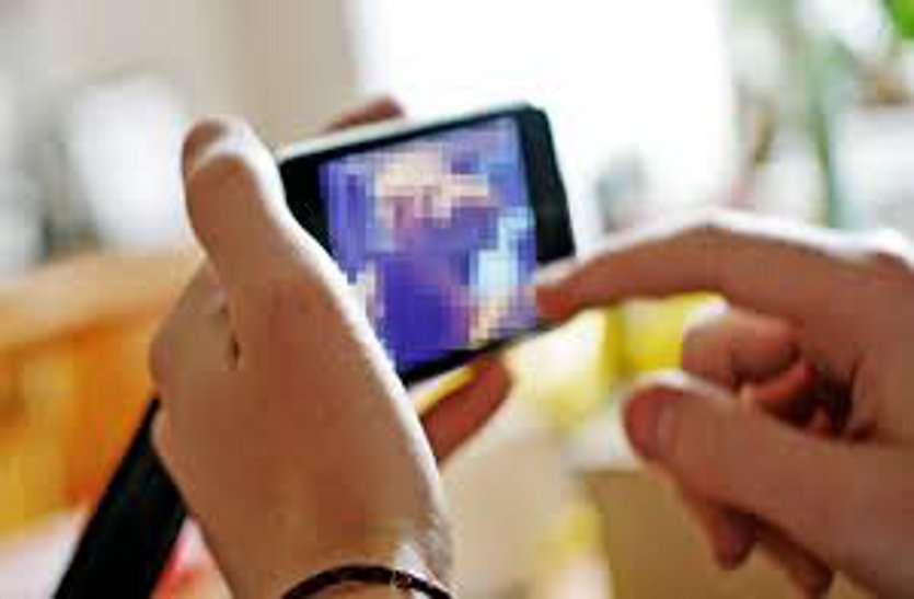 शिक्षा विभाग के Whats App में गंदी फोटो और Video भेजता था बाबू, DEO ने किया निलंबित