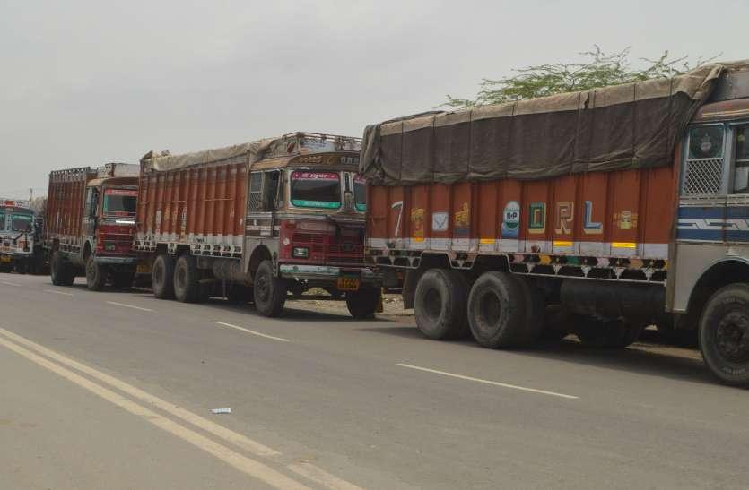 धर्मकांटे में भरा पानी, ट्रकों की लगी लाइन
