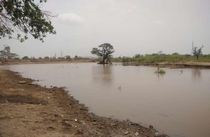 मानसून की पहली बारिश, तालाब में आया पानी