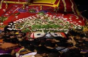 गुंडिचा मदिर में भाई व बहन के साथ भक्तों को दर्शन दे रहे जगन्नाथ महाप्रभु