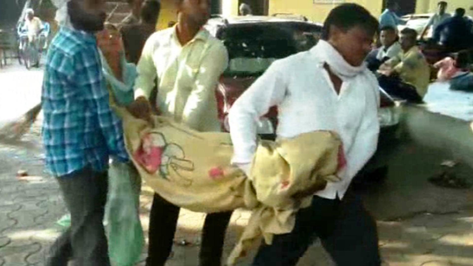 रेलमंत्री जी मानवता शर्मसार - नहीं दी स्ट्रेचर तो पति का शव कंधे पर लेकर चली गई पत्नी