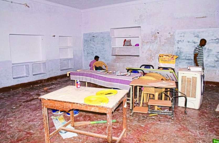 बीपी बढ़ने से घबराई महिला पहुंची स्वास्थ्य केंद्र, मजदूर बोले- यहां डॉक्टर नहीं हैं, पुताई चल रही
