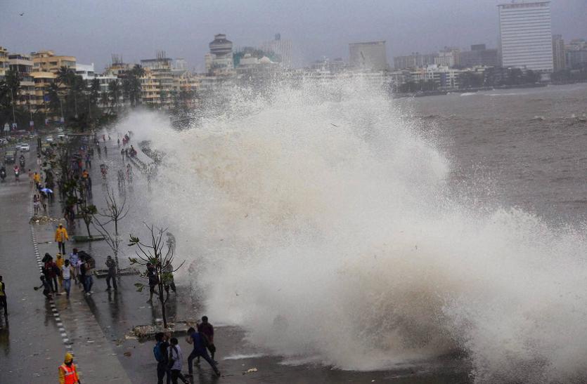 मुंबई: मरीन ड्राइव में हाई टाइड का कहर, डूबने से एक की मौत और एक लापता