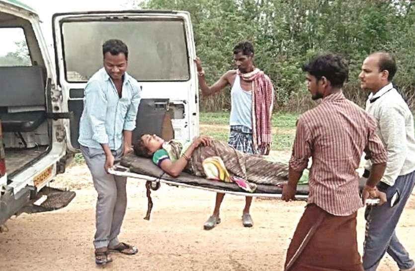 प्रसव पीड़ा से तपड़ रही महिला को एंबुलेंस तक पहुंचाने एक किलोमीटर पैदल चले लोग