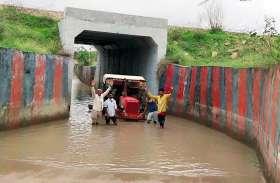 अंडरपास में भरा पानी, किसानों को झेलनी पड़ रही परेशानी