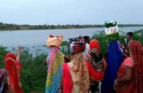 चम्बल नदी में मिला विवाहिता का शव, पुलिस ने बाहर निकाला