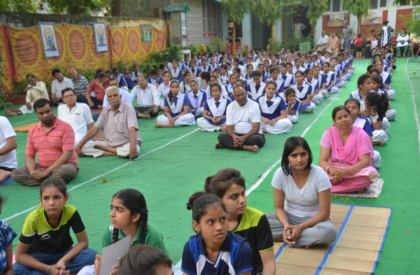 प्रशिक्षित बालक-बालिकाओं ने योग क्रियाओं का किया रोमांचक प्रदर्शन