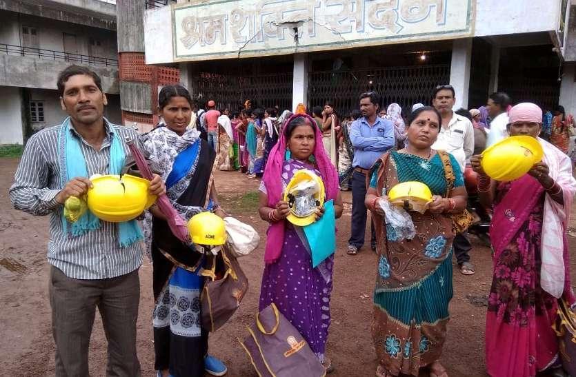 फोटो गैलरी :BSP श्रमिकों को दिया टूटा हेलमेट और फटा दस्ताना, गुस्साए मजदूरों ने भवन के बाहर फेका