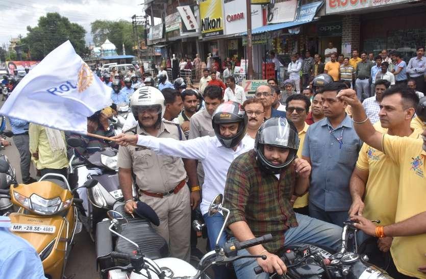 सांसद नकुलनाथ  हेलमेट लगाकर रैली में शामिल