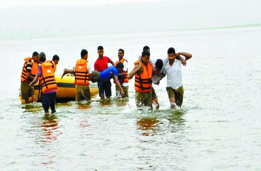 मॉक ड्रिल के माध्यम से लोगों को बताया गया बाढ़ में डूब रहे व्यक्ति को सुरक्षित निकालने का तरीका