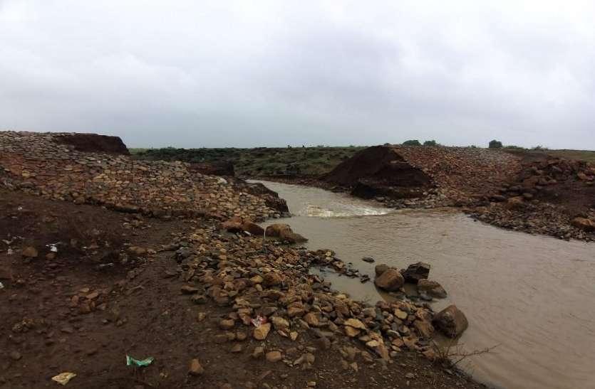 दो दिन की बारिश में ९ लाख की लागत से बना तालाब फूटा